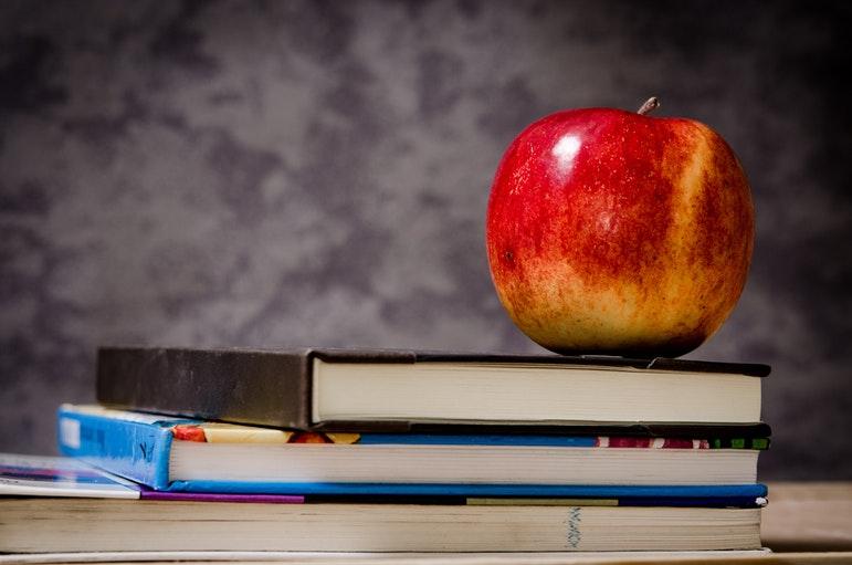 Ein Apfel auf Schulbüchern