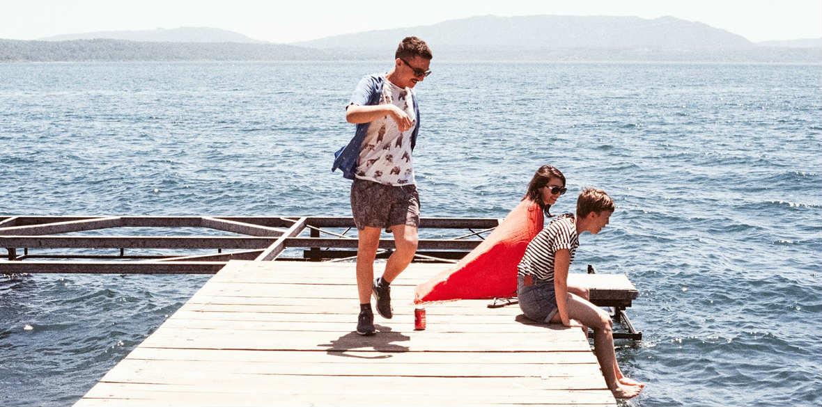 Jugendliche am See