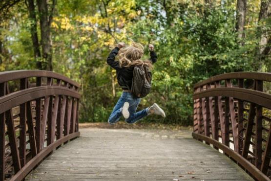 Brücke mit hüpfendem Mädchen